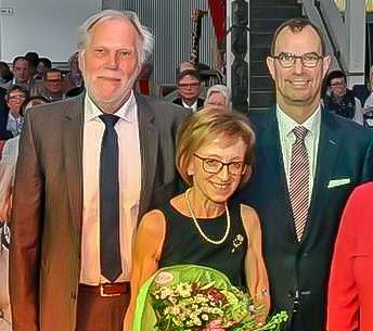 Herta Gutmann mit dem Vorstand der Bürgerstiftung, Wolf-Dieter Fuchslocher (links), und Oberbürgermeister Frank Schneider